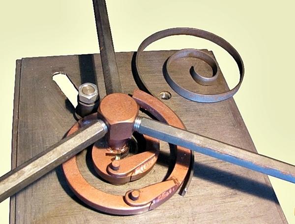 ручная кузнечная ковка с применением инструмента и оснастки